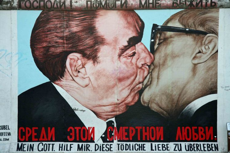 dmitri-vrubel-fraternal-kiss-brezhnev-and-honecker-embrace